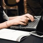Femme sur l'ordinateur