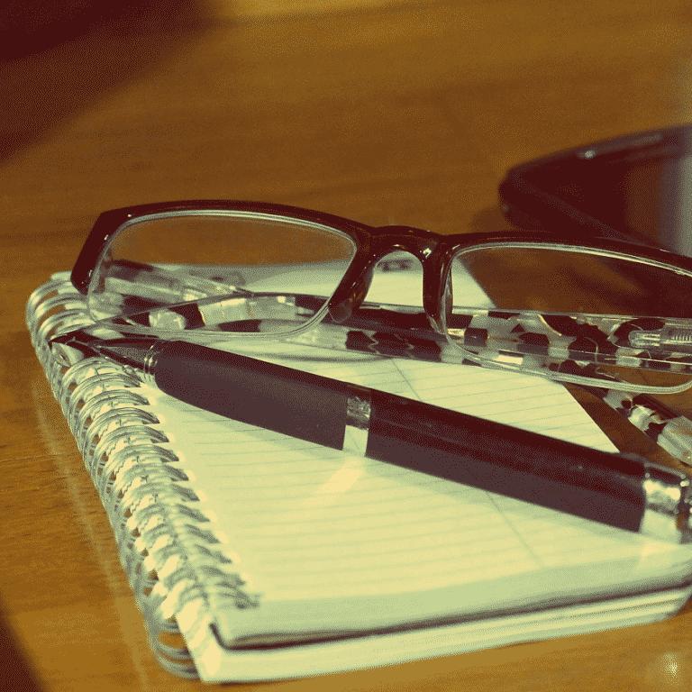 Cahier, crayon, lunette et telephone